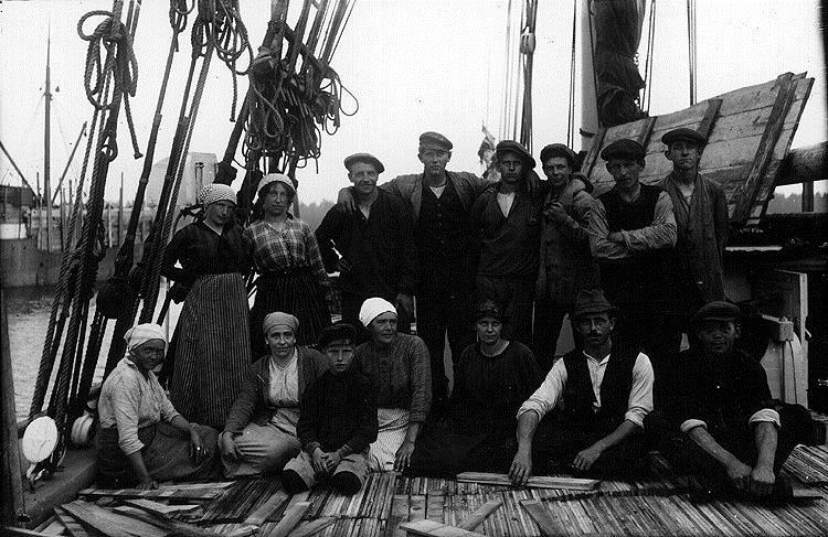 Människor som poserar för kameran ombord på en båt.
