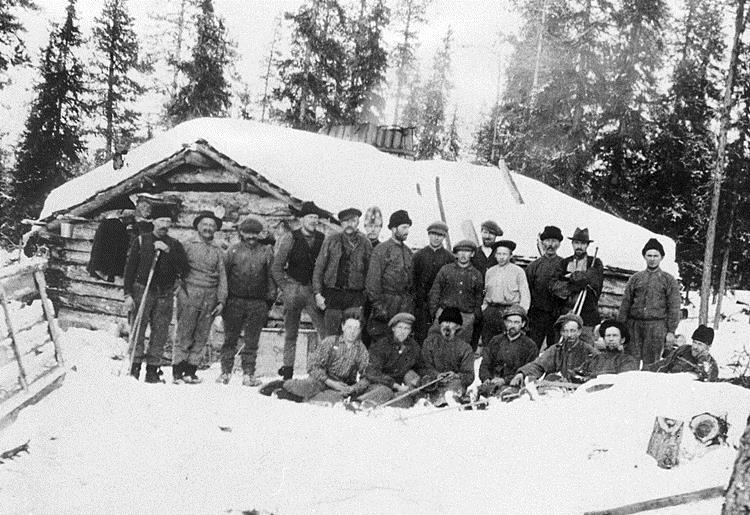 Ett skogsarbetslag som poserar i snön