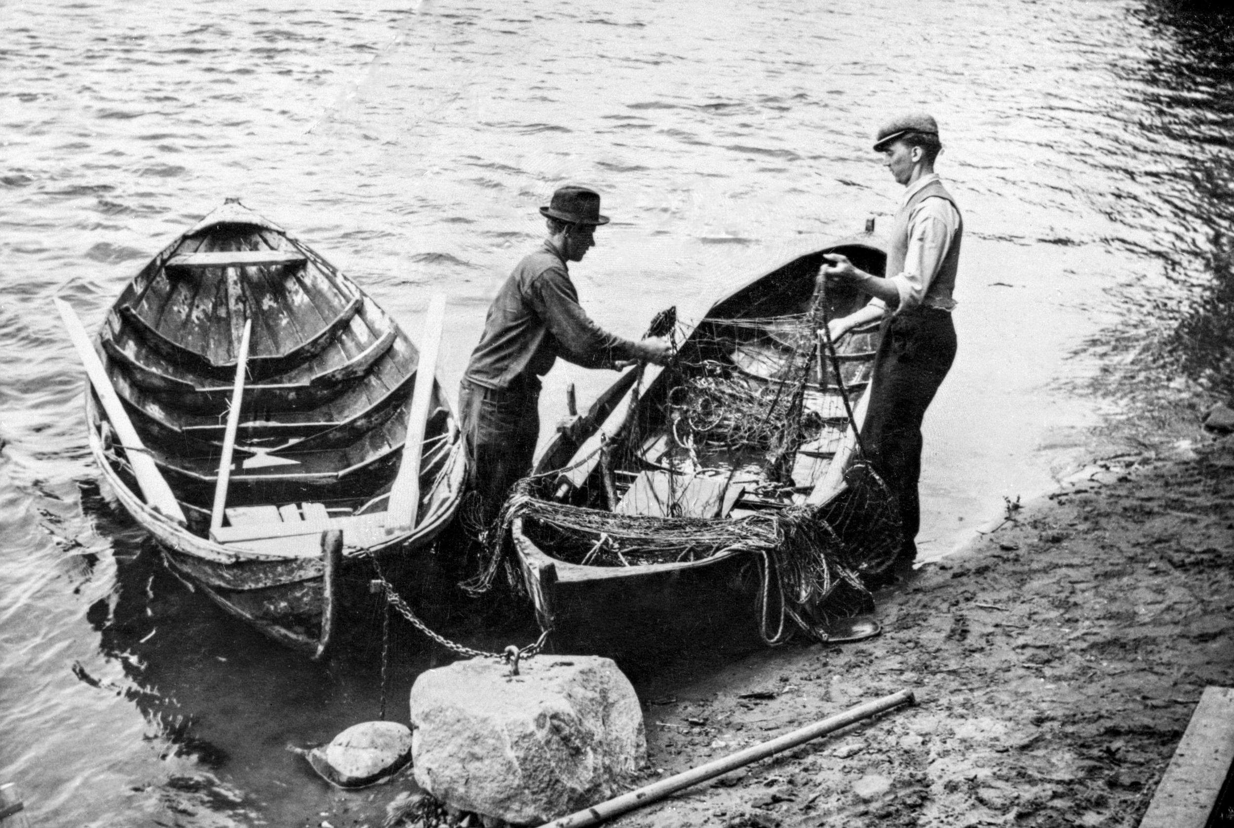 En inlandsbåt (vänster) och en kinningsbåt (höger).