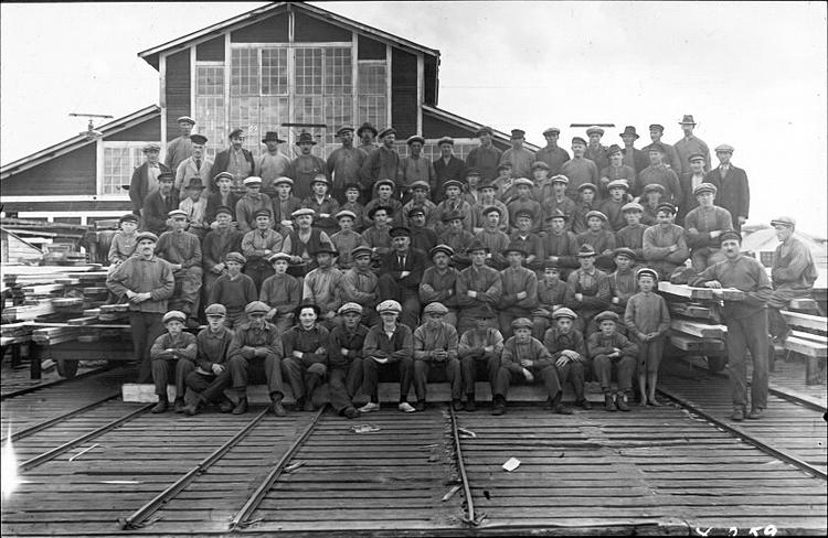 Arbetare vid sågverk i Bureå, början av 1900-tal.