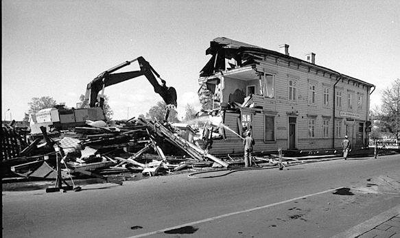 Apoteket i kv Korpen rives slutet av maj 1979.