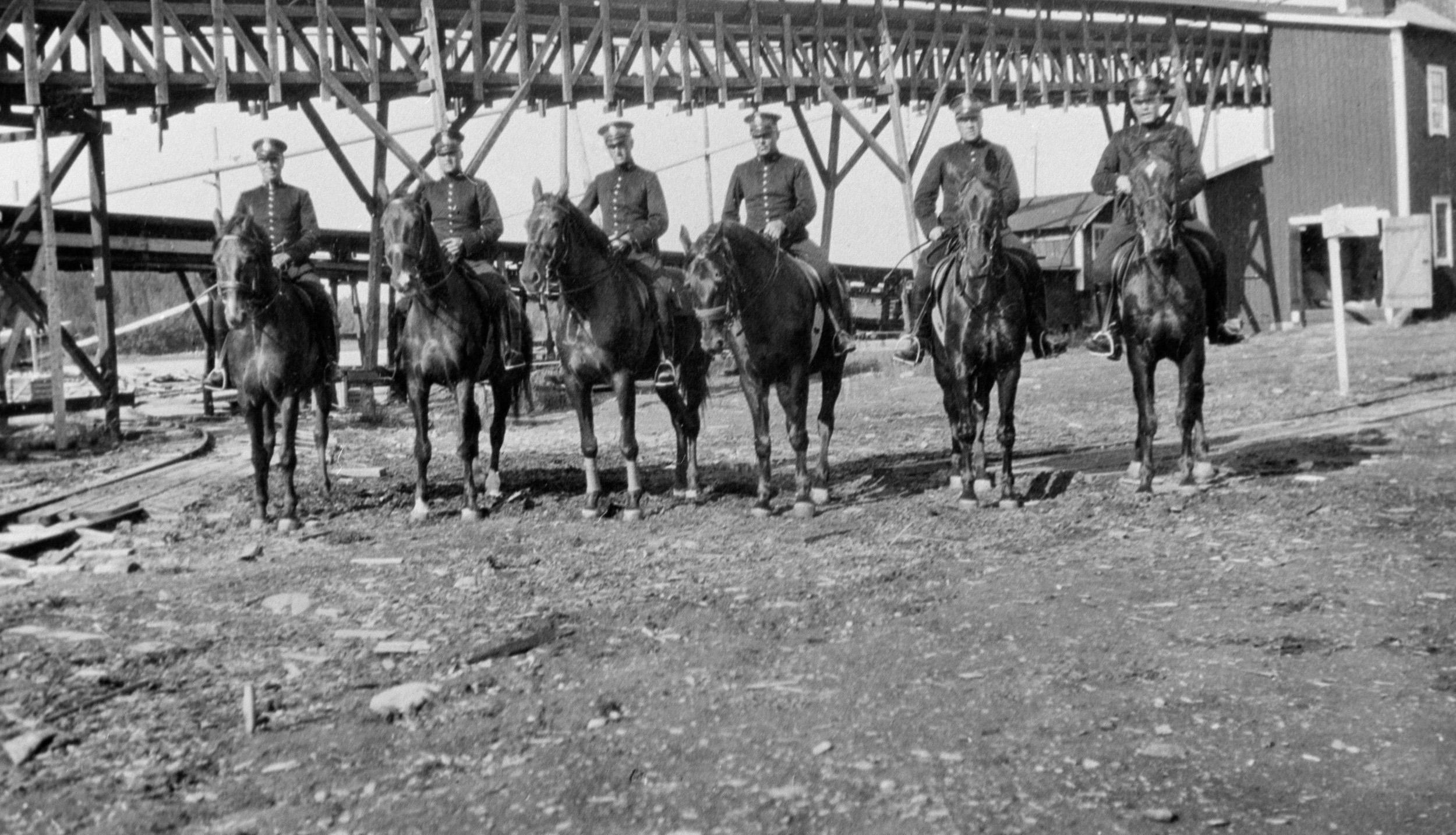 Ridande kravallpoliser från Stockholm i Klemensnäs 1932 under kravallerna.